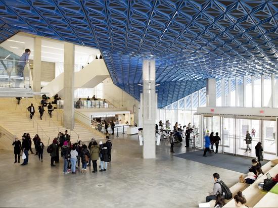 ¿La plataforma es abrigada por un pabellón que se inclina revestido en los paneles iridiscentes, mano-doblados del metal que estira del fac exterior? ade en el pasillo. Fotografía: Lorne Bridgman