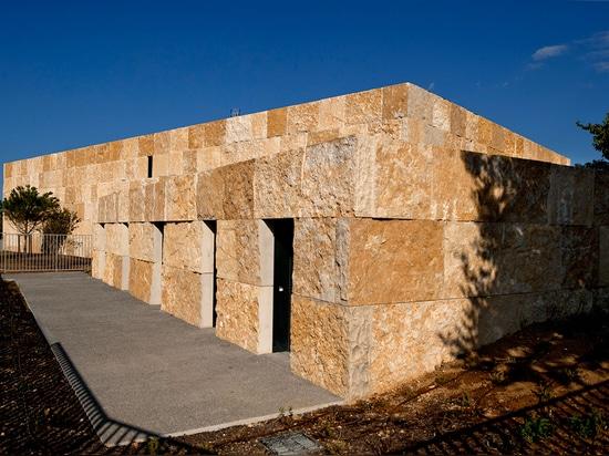 Les nombrado Oliviers, el complejo extrae la inspiración del chalet de playa de 1st-century de la ciudad y de sus artefactos, que datan de los tiempos romanos del área. Fotografía: Lisa Ricciotti