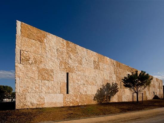 """El arquitecto creó el edificio en piedra caliza, un material que, él explica, es """"histórico y altamente contemporáneo al mismo tiempo"""". Fotografía: Lisa Ricciotti"""