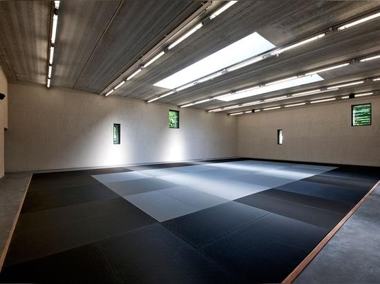 Pasillos interiores, diversos son conectados por una trayectoria de la circulación que fluye que funcione a través del edificio. Fotografía: Lisa Ricciotti