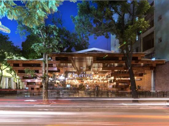 Los apilados de madera crean un espacio luz-llenado abierto para este restaurante