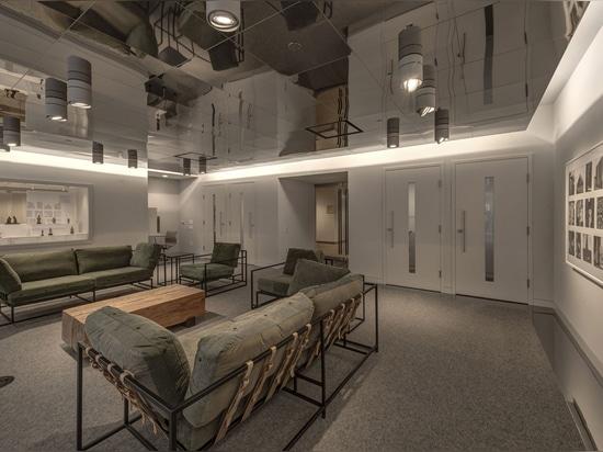 La nueva biblioteca en el museo de arte de Dallas ofrece un techo reflejado y un cuarto de estudio translúcido