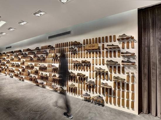 el sistema incluye centenares de los paneles de madera sólidos que se pueden doblar hacia fuera de la pared
