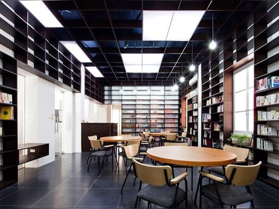 porque la biblioteca es parte de un edificio de la conservación, los arquitectos eran restrictos