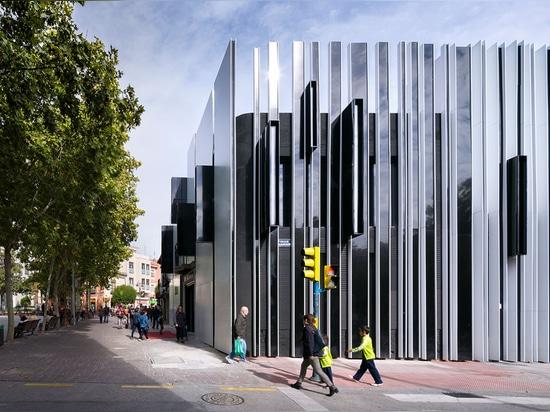El edificio viejo descuidado fue dado un nuevo arriendo de la vida como comunidad mezclada del uso y el centro de la cultura para la ciudad leyó más en http://www.wallpaper.com/architecture/a-cero-...