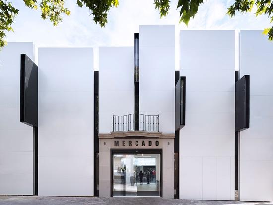 Del edificio viejo, que consiste en dos volúmenes, dos pisos, y de un sótano, los arquitectos conservaron y reforzaron las paredes exteriores (en parte que las pintan negras) leyeron más en http://...