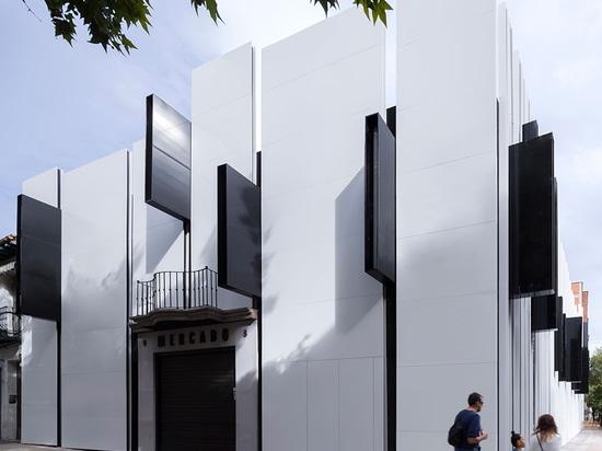 """Los paneles negros más pequeños interjected irregular hacia fuera de las """"costillas"""" de la fachada y apoyan la iluminación exterior del edificio leyeron más en http://www.wallpaper.com/architecture..."""