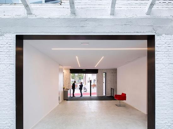 """La estructura se presenta como """"edificio viejo envuelto dentro de un nuevo"""", y fue diseñada para atraer a visitantes para venir interior leyó más en http://www.wallpaper.com/architecture/a-cero-tra..."""