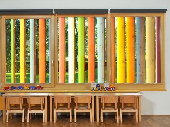 Una fachada interactiva colorida fue diseñada para este jardín de la infancia