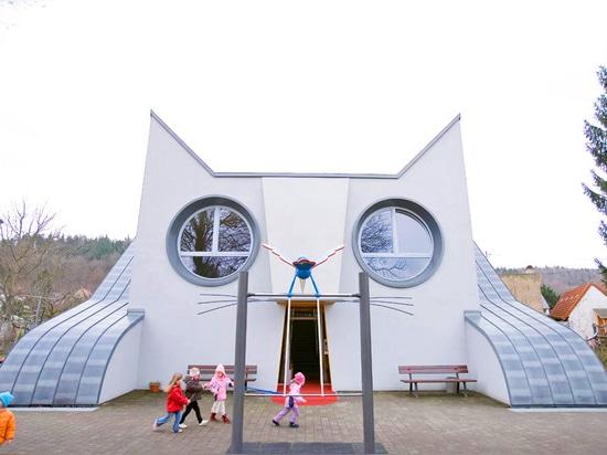 El jardín de la infancia gato-formado adorable es purrrfect para aprender y jugar