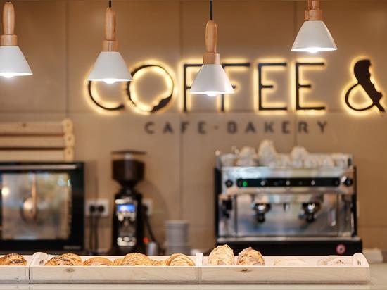 Las luces en este café se forman como los croissants