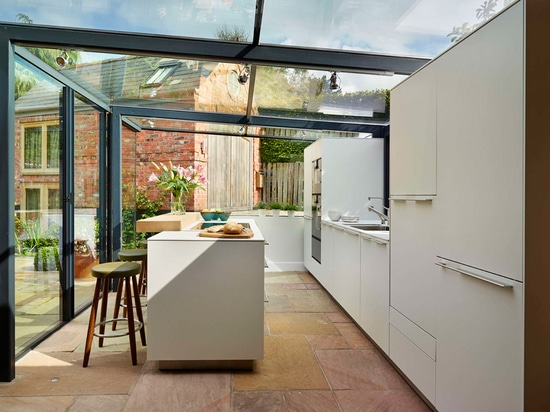 Esto cabaña cubierta con paja consiguió una extensión de cristal de la caja para la cocina
