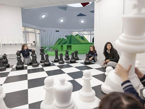 Este jardín de la infancia español se llena de las montañas, de las cuevas y del ajedrez