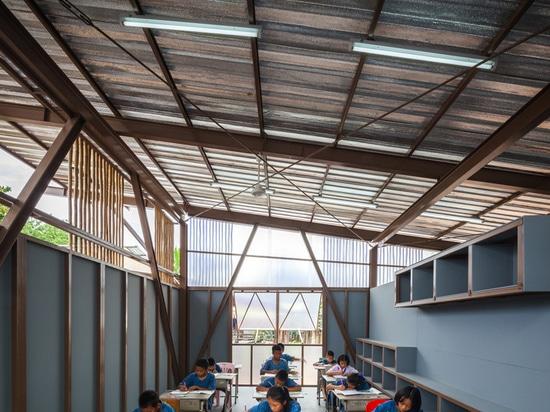 la azotea levantada e inclinada permite flujo de la luz y de aire en las salas de clase