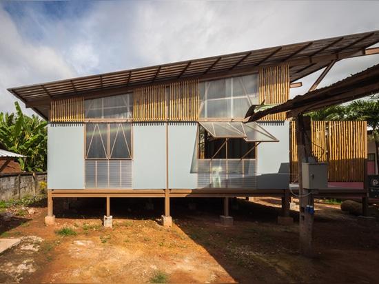 la escuela local localizada en una localización rural en Tailandia norteña