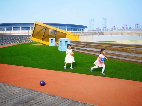 Crossboundaries convierte el edificio abandonado en jardín de la infancia con el patio del tejado