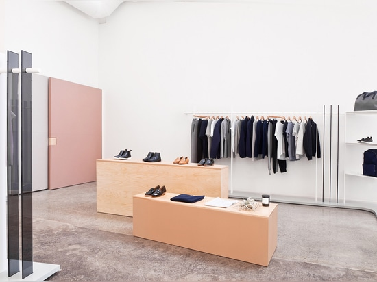 Brook&Lyn crea el salón de muestras mínimo de la manera en las oficinas de Everlane