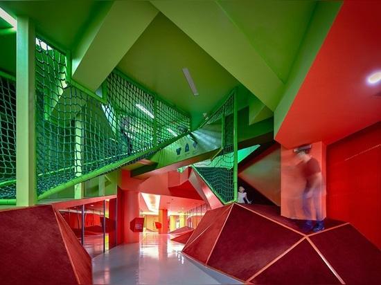 los crossboundaries intersecan vestíbulos coloreados dentro del jardín de la infancia en China