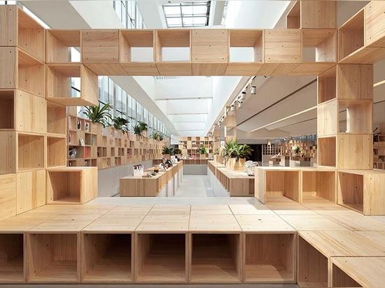 el penda desarrolla el interior de madera pixelated para el almacén chino de la tecnología