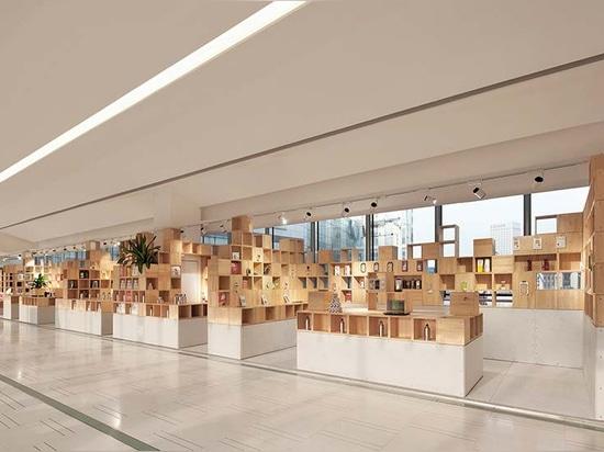 el almacén se forma de cajas de madera cuidadosamente dispuestas