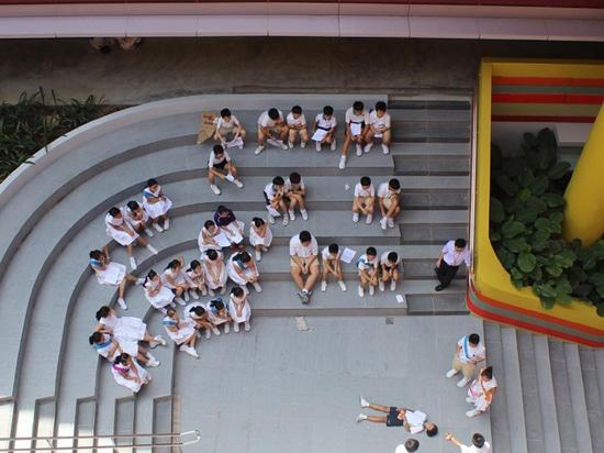 una escalera ajardinada proporciona el acceso a las salas de clase, mientras que dobla como pequeño anfiteatro