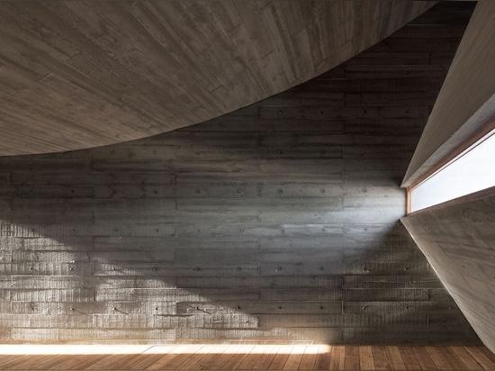 Colmo por la playa: Biblioteca de la costa de Vector Architects