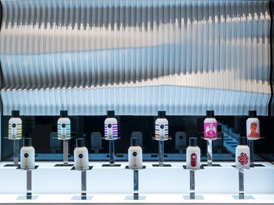 ¿Diseñado por los arquitectos de Jassim Al Shehab, el diseño que cautiva es una iteración miniatura de los interiores de la cocina de la fragancia? almacén de buque insignia de s en Kuwait