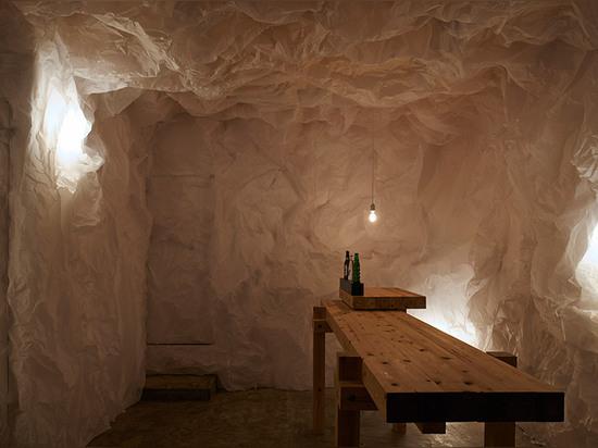 El diseño de Naoya Matsumoto utiliza el papel arrugado para crear gruta-como barra en Osaka
