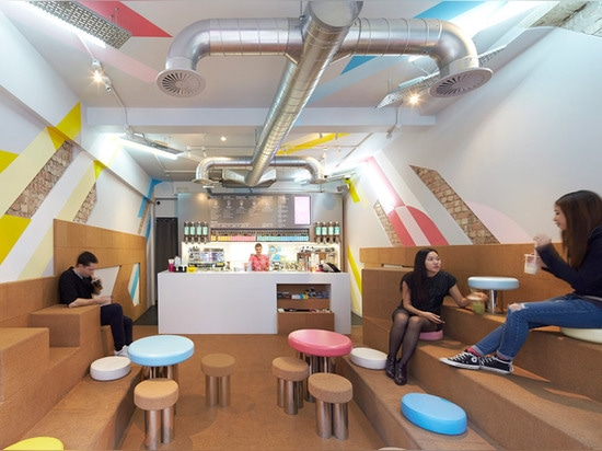 El café del té de la burbuja de Gundry y de Ducker ofrece asientos del corcho y taller de pintura rayado