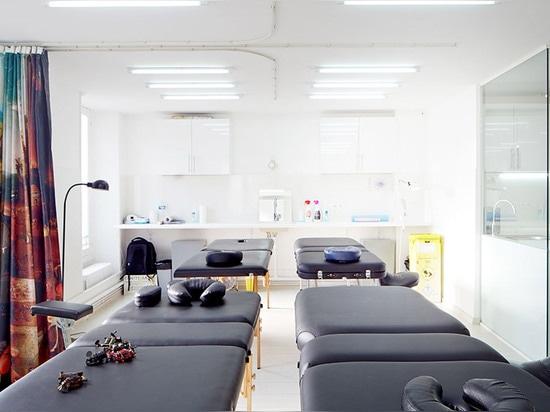 "Los freearchitects de los MONSTRUOS reajustan la sala parisiense del tatuaje para evitar estético ""caseoso"""