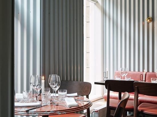Líneas paredes de Joanna Laajisto del restaurante de Helsinki con el metal acanalado