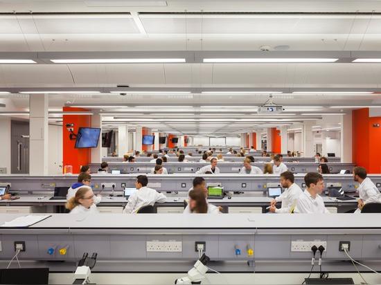 El aluminio de ondulación afronta laboratorios de la universidad de Bristol de Sheppard Robson