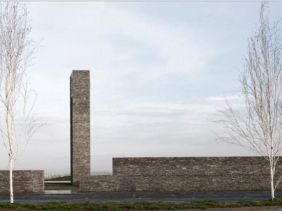 El ajardinar colgante rodea la estructura concreta y de piedra de la mezquita de Sancaklar de Emre Arolat