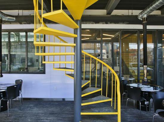 Los paneles verdes plegables animan la fachada del restaurante de la casa del bosque de JYA-rchitects