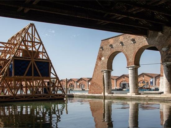 La escuela flotante prefabricada renombrada de Makoko llega en la laguna veneciana