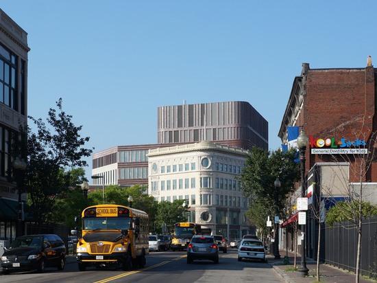El edificio se sienta en el centro del cuadrado de Dudley, la base comercial de la vecindad residencial de Roxbury.