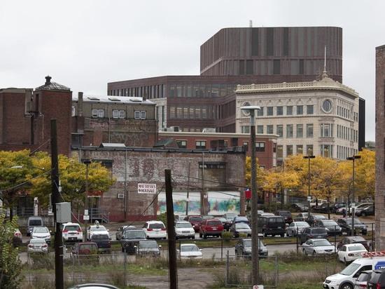 El área sin embargo todavía funciona como un eje comercial. ¿Este edificio anterior de la fábrica al lado del centro de Bolling, Sr. G de las casas? la plaza de s, un espacio largo, abierto embaló ...