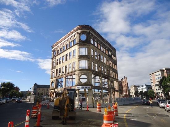 El façade de este almacén viejo fue incorporado en el edificio municipal de Bruce C. Bolling