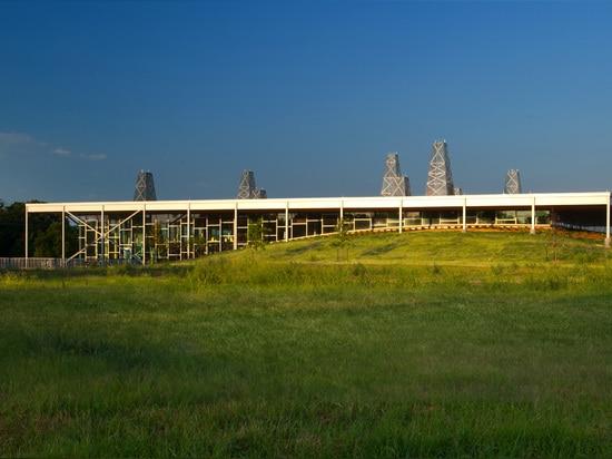 Visión exterior que muestra el tema de tierra bermed de las lomas y de la torre de perforación de Oklahoma