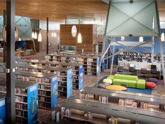 Vista total de los apilados de libro y del sitio de lectura de la familia