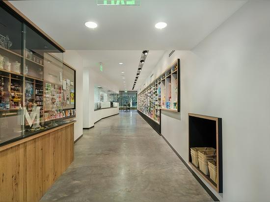 Vista del pasillo de la entrada posterior. Almacene los artefactos en la exhibición en la izquierda. ¿? ¿Legal? productos dentro de la pared en la derecha.