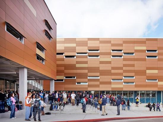 Una nueva secuencia de entrada entre el edificio nuevo y existente se crea y tiene en cuenta la reunión del estudiante. (© de la foto: Mike Sinclair)