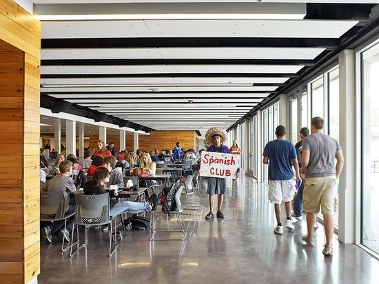 Las funciones de comunidad están situadas en el corazón de la escuela. (© de la foto: Mike Sinclair)