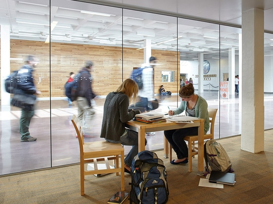 Los espacios del aprendizaje y del estudio proporcionan una experiencia tranquila y transparente. (© de la foto: Mike Sinclair)