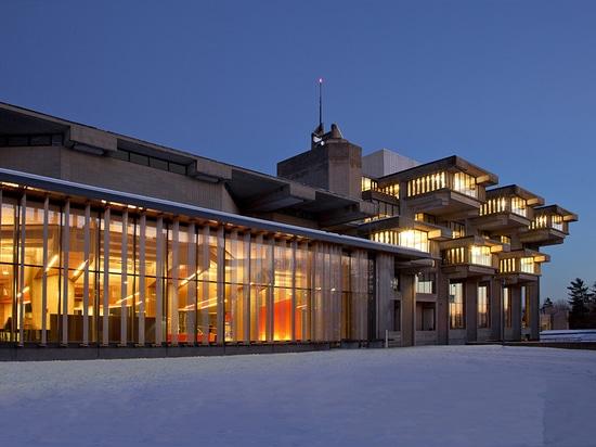Adición del oeste Façade con la biblioteca original más allá, en la oscuridad