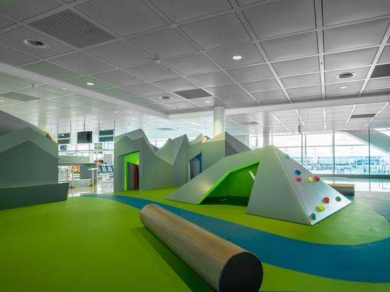 Áreas del juego del aeropuerto de Munich nuevas con instinto alpino