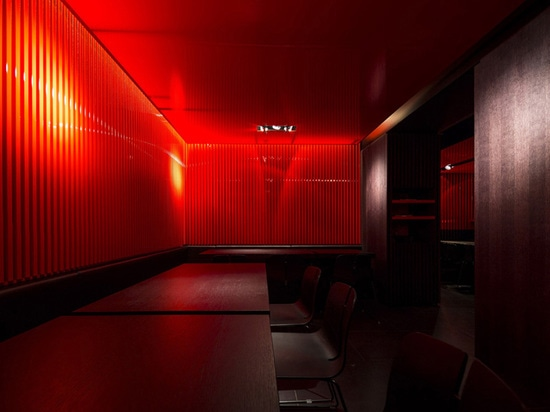 pared de color rojo oscuro y de rejilla de la división