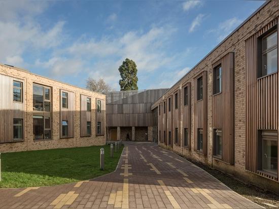 el edificio se mezcla entre el uso del ladrillo y el crocker de tim del © de la imagen de la madera