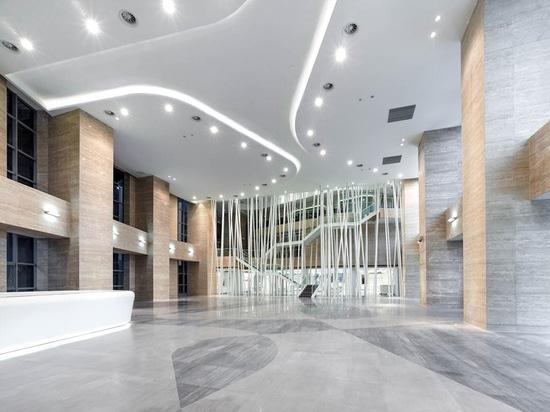 ¿el 12m el alto pasillo invita a visitantes a la esquina de sudoeste de la tienda y del apuntador? museo de s