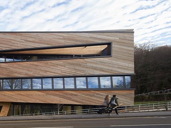 la universidad de durham de los clads del libeskind de Daniel ogden el centro con entrelazar fachada de madera
